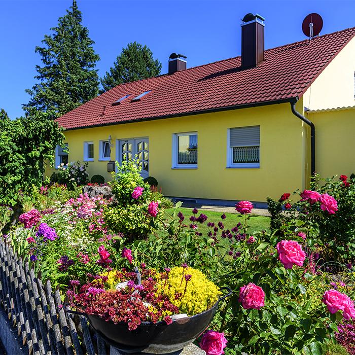 Farbenfrohe Gestaltung eines Vorgartens
