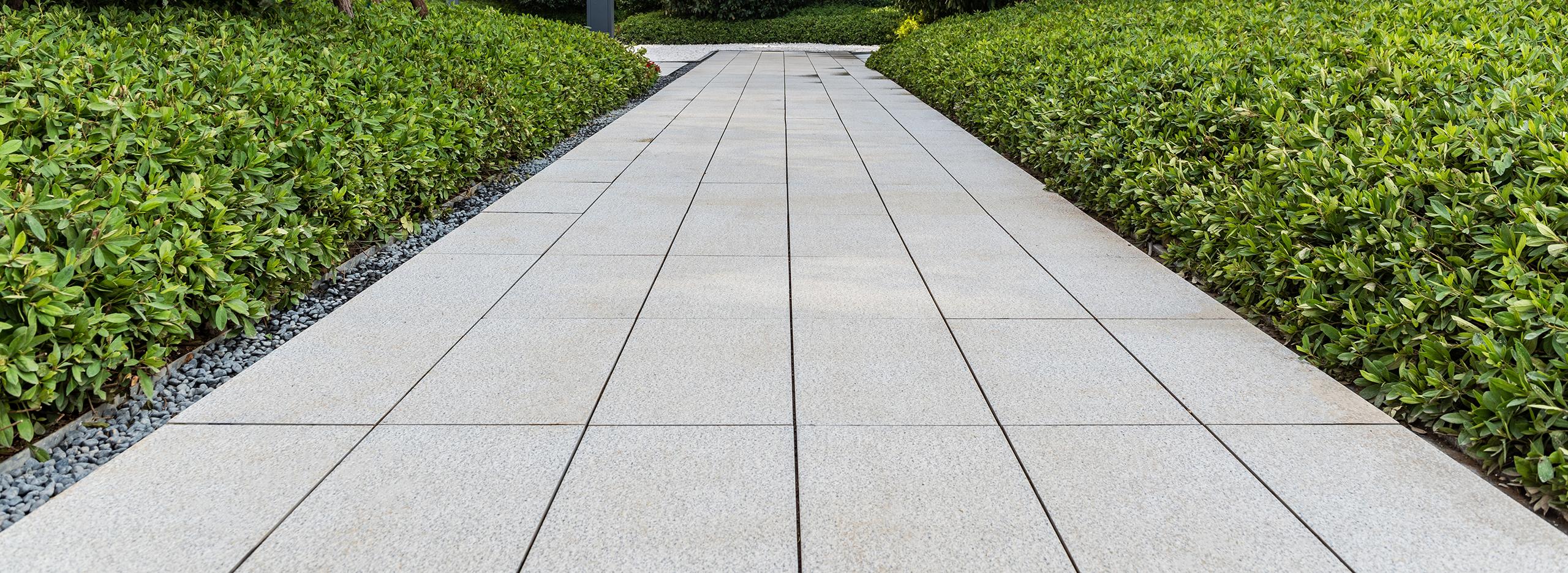 Moderne Gartenweggestaltung mit Betonplatten