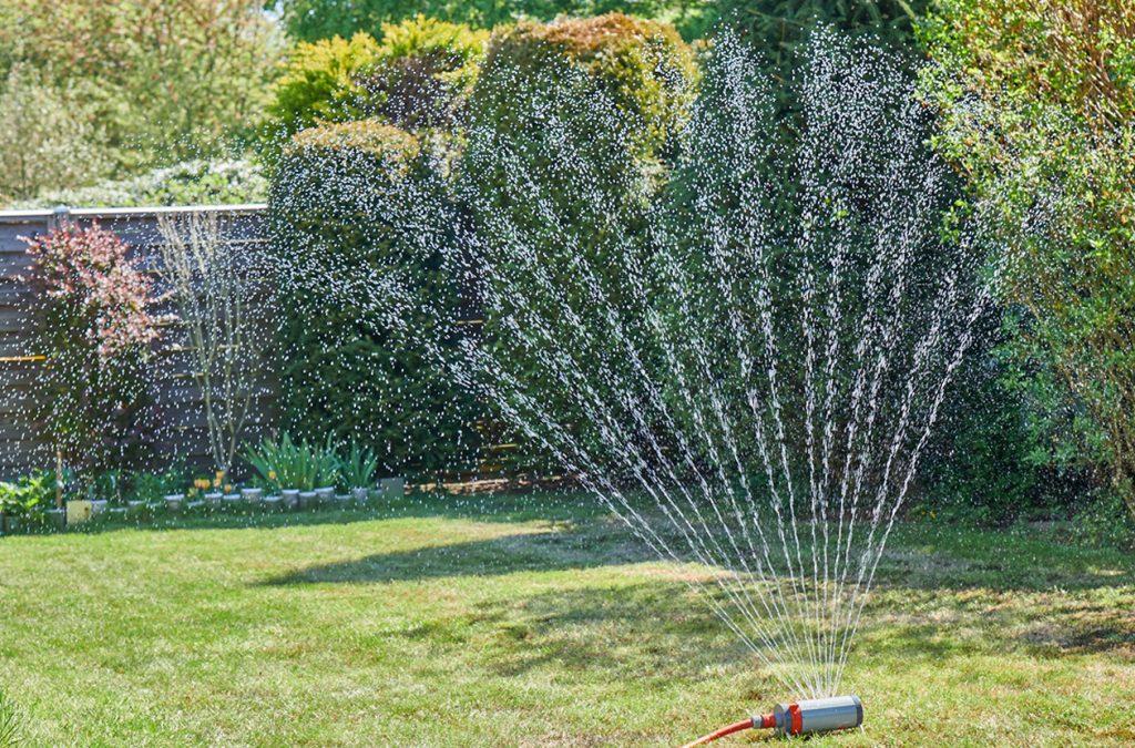 Automatische Rasenbewässerung mit Rasenprenger