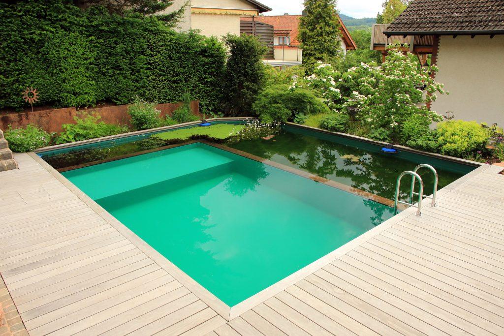 Schwimmteiche haben gegenüber klassischen Swimmingpools viele Vorteile.