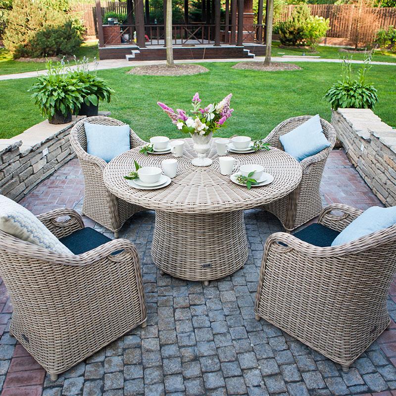 Sitzfläche mit Steinboden und Trockenmauer